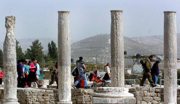 عشرات المستوطنين يقتحمون المنطقة الأثرية في سبسطية