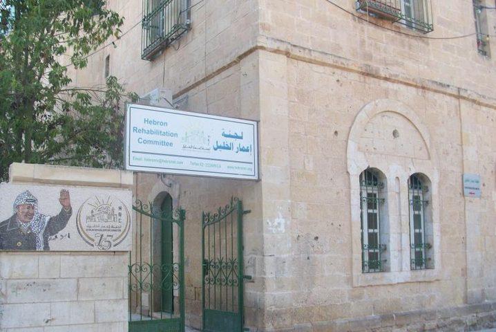 قوات الاحتلال تمنع لجنة اعمار الخليل من ترميم منزل بشارع الشهداء