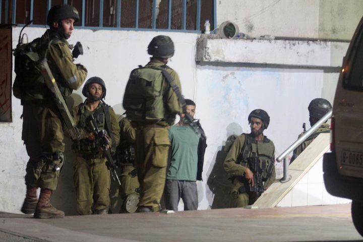 الاحتلال يعتقل مواطنين ومستوطنون يعتدون على آخرين