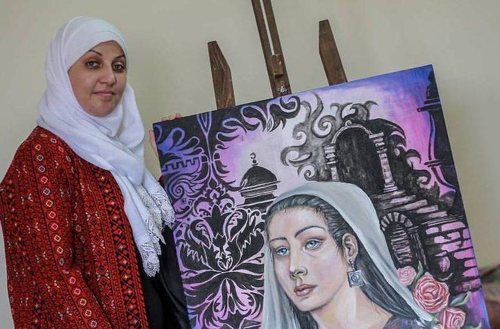 التشكيلية آية عبد الرحمن قهرت المرض بلوحات فنية مفعمة بالحياة