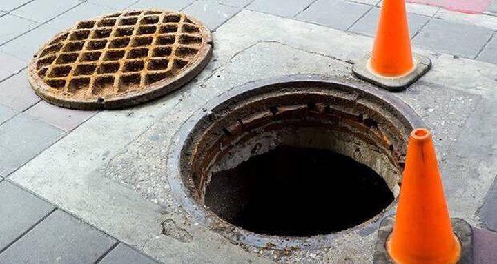 لحظة سقوط طفلة في بئر الصرف الصحي