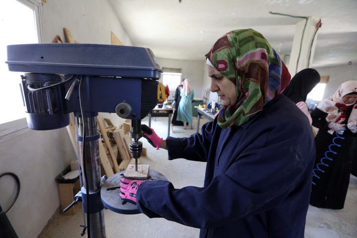 منتسبات المركز النسوي في قرية الولجة شمال غرب مدينة بيت لحم، يعملن على إعادة تدوير الأخشاب وتحويلها إلى تحف فنية أو مستلزمات للحدائق والبيوت