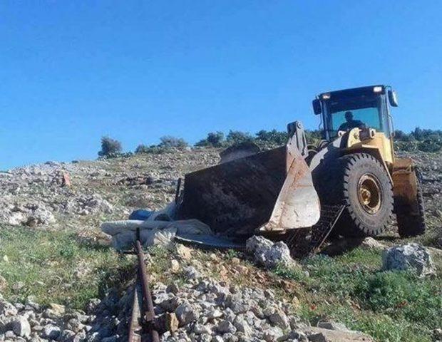 """قوات الاحتلال """"تدمر"""" محمية طبيعية شرق يطا"""