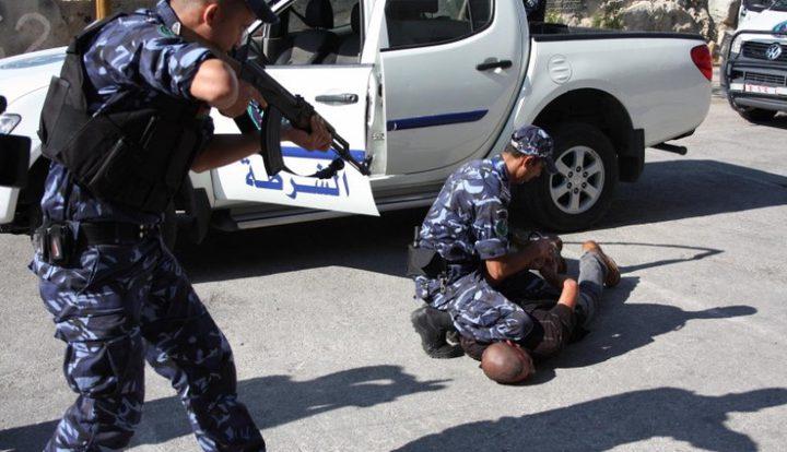 الشرطة تلقي القبض على شخص بحوزته 39 قطعة اثرية بنابلس