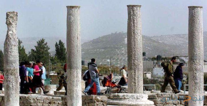 مستوطنون يقتحمون المنطقة الأثرية شمال نابلس