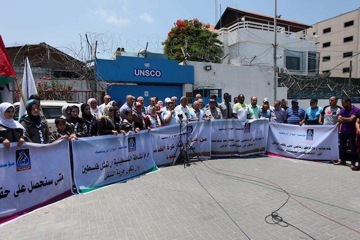 """يشارك الفلسطينيون في احتجاج بعد القرار الإسرائيلي بمنع جمعية الكشافة الفلسطينية من السفر للمشاركة في أنشطة المعسكر العربي للمرشدات في الأردن ، أمام المقر الرئيسي للأمم المتحدة """"UNSCO"""" في مدينة غزة في 7 يوليو ."""