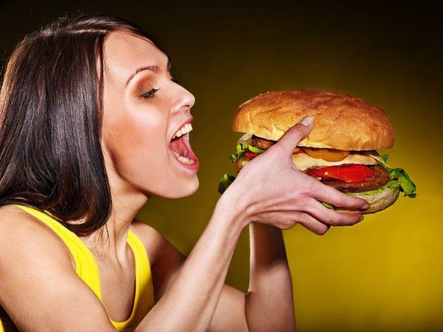 """دراسة: """"الكسل والأكل بكثرة"""".. سببان رئيسيان وراء وباء """"السمنة""""."""