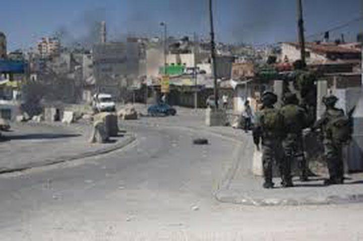 الاحتلال يعتقل شقيق شهيد من مخيم قلنديا ويحتجز والده