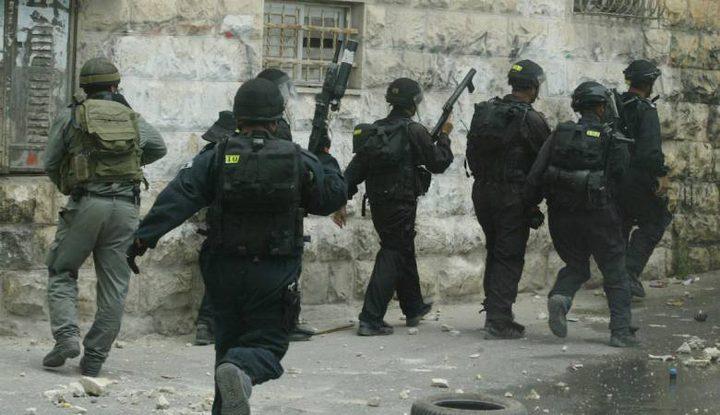 حملة اعتقالات في الضفة طالت (12) شخصًا