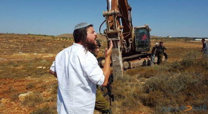 مستوطنون يشرعون بتجريف أراضٍ شرق الخليل