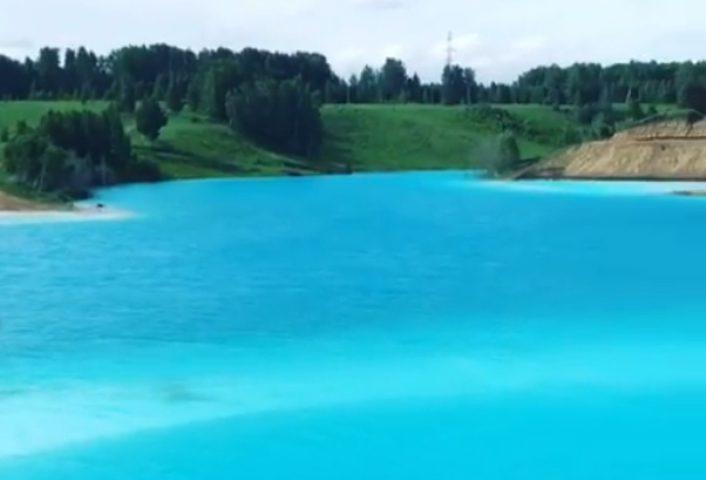 بحيرة فيروزية روسية تشبه بجمالها جزر المالديف
