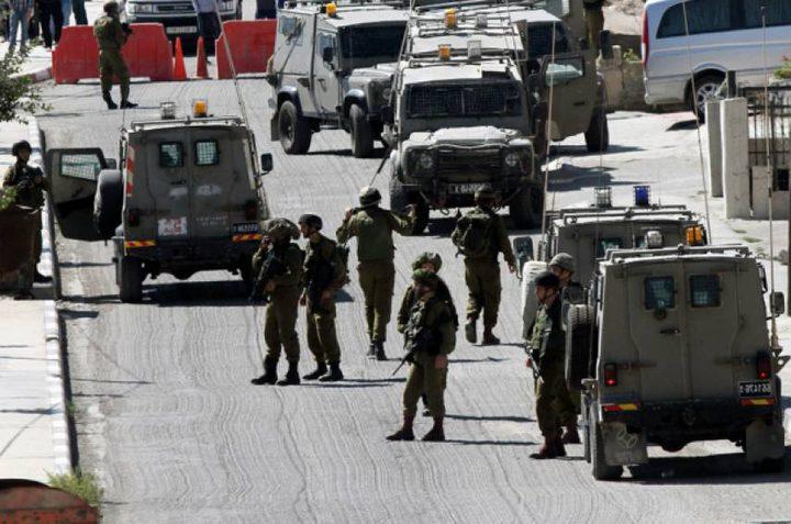 قوات الاحتلال تلاحق سيارة قرب رام الله