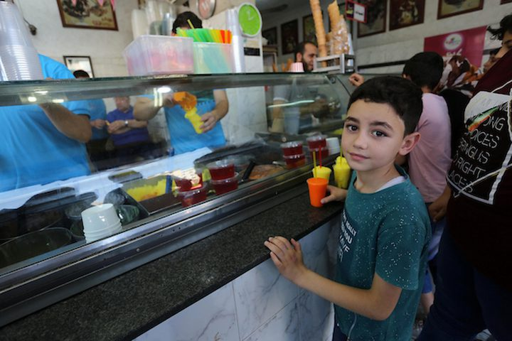 مواطنون يهربون من ارتفاع الحرارة بتناول الآيس كريم والمثلجات