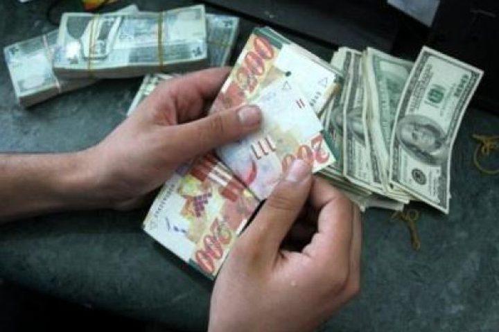 شرطي مرور يعثر على حقيبة بها مبلغ مالي كبير في نابلس