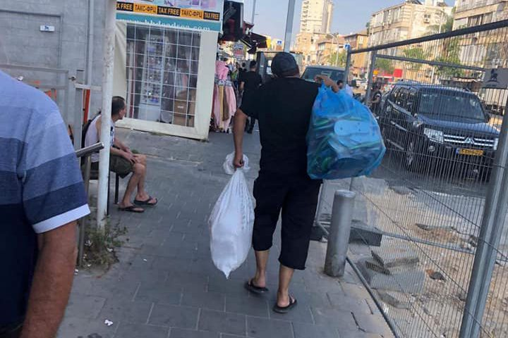 الشبان الفلسطينيين في يافا يشترون جميع الاحذية المكتوب عليها لفظ الجلالة والتي تباع في المحلات الاسرائيلية ويقومون بحرقها