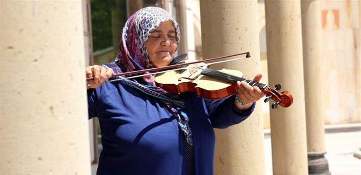 """مسنة تركية تتعلم """"الكمان"""" وتحيي الحفلات"""