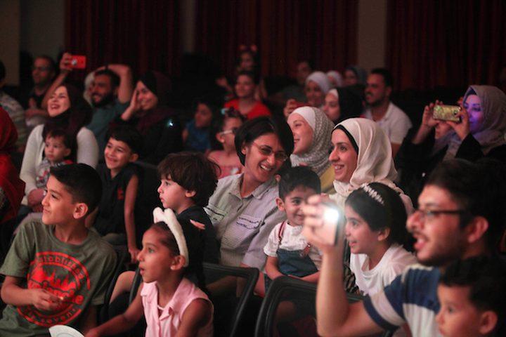 فنانو السيرك الفلسطينيون يؤدون عروضاً أثناء عرض للتسلية في مدينة غزة