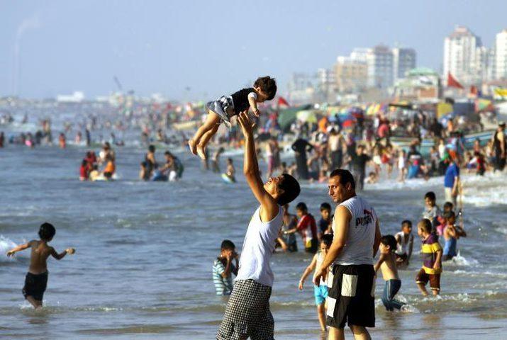 بحر غزة متنفس الغزيين ووجهتهم في ظل الحصار