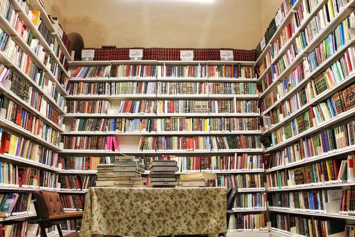 شاب من غزة يحوّل مكتبة بيته الخاصة إلى عامة