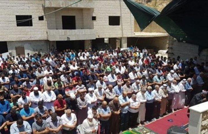 المواطنون يؤدون صلاة الجمعة في وادي الحمص شرق القدس
