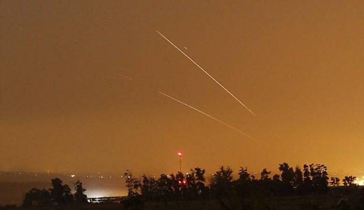 الاحتلال يزعم: سقوط صاروخ على منطقة مفتوحة بغلاف غزة