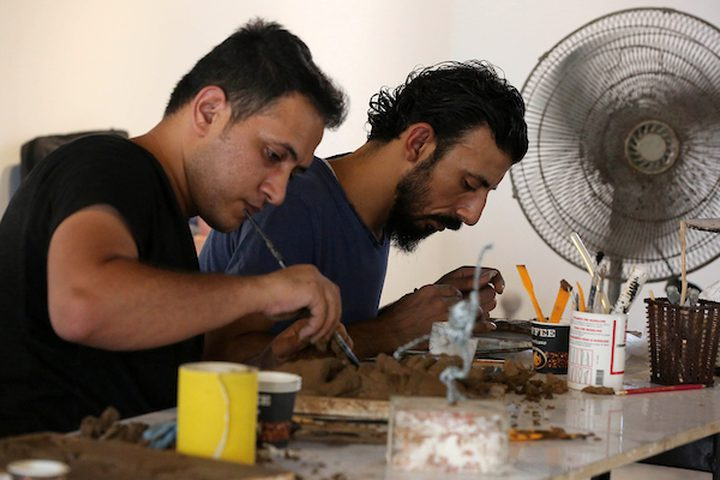فنانون فلسطينيون يصنعون تماثيل طينية خلال ورشة عمل تدريبية في مركز شبابك للفن المعاصر ، في مدينة غزة .