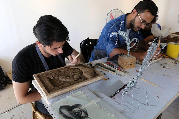 فنانون فلسطينيون يصنعون تماثيل طينية خلال ورشة عمل تدريبية في مركز شبابك للفن المعاصر ، في مدينة غزة .  تهدف ورشة العمل التدريبية التي يمولها الصندوق العربي للفنون والثقافة (AFAC) إلى تطوير قدرات الفنانين الشباب الذين يستخدمون الفن المعاصر .