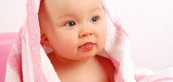 أخطاء شائعة عند تنظيف جسم الأطفال الرضع