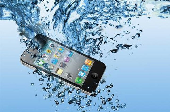 10 أخطاء يجب تجنبها في حال وقع هاتفك في المياه