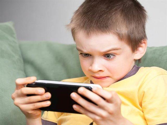 دراسة: إدمان الأطفال على تصفح الهواتف يصيبهم بالإكتئاب