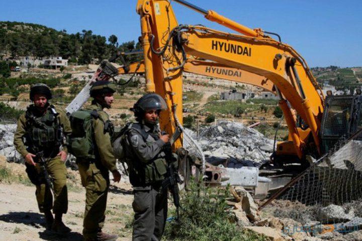 الاحتلال يهدم منشأة زراعية وبركساً في بلدة السموع جنوب الخليل