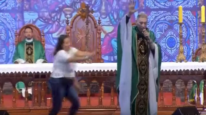 """راهب يزعم أن """"السمينات لا يدخلن الجنة"""".. فجاءه الرد الصادم"""