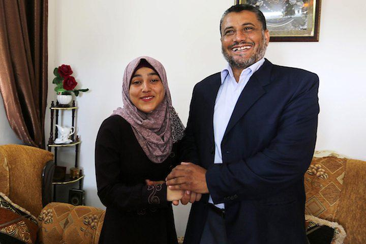 الطالبة رؤى فروانة ، 98.9٪ ، تحتفل مع أسرتها بعد سماعها بنتائج امتحاناتها النهائيةفي  التوجيهي ، في خان يونس في جنوب قطاع غزة.