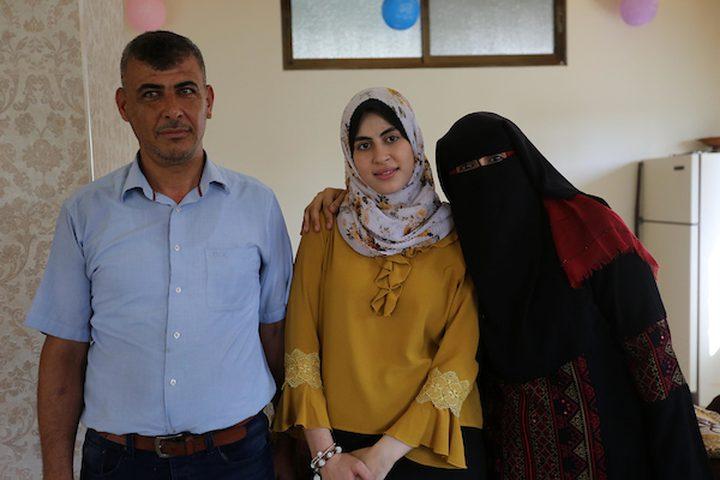 الطالبة آية أبو طنين ، 98.9٪ ، تحتفل مع أسرتها بعد سماعها لنتائج اختباراتها النهائية المعروفة باسم '' التوجيهي '' ، في خان يونس في جنوب قطاع غزة