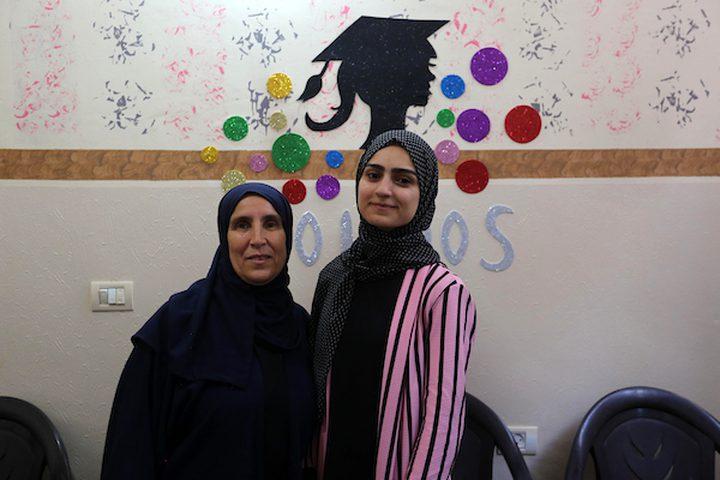 الطالبة سندس المصري ، 98.7٪ ، تحتفل مع أسرتها بعد سماعها لنتائج اختباراتها النهائية في '' التوجيهي '' ، بخان يونس جنوب قطاع غزة
