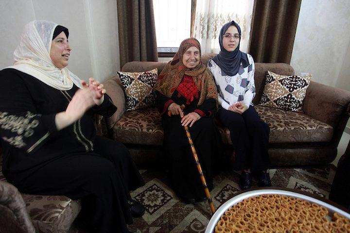 الطالبة آلاء عبد العاطي ، 99.7٪ ، تحتفل مع أسرتها بعد سماعها لنتائج اختباراتها النهائية  '' التوجيهي '' ، في مدينة غزة.