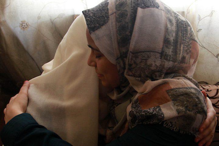 الطالبة هالة مهنا ، 99.7٪ ، تحتفل مع أسرتها بعد سماعها نتائج امتحاناتها النهائية '' التوجيهي '' ، في مدينة غزة .