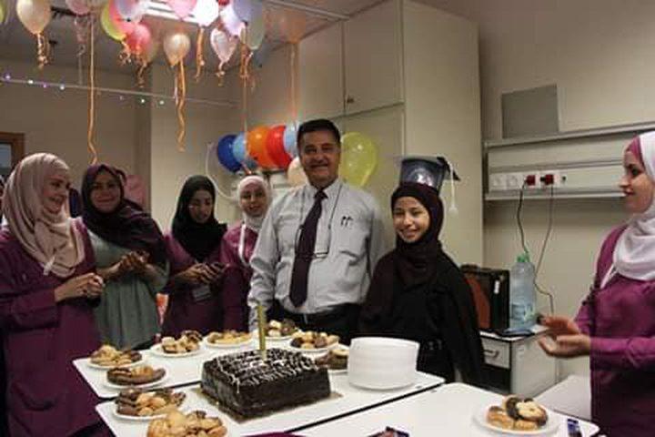 الأطباء في مستشفى النجاح بنابلس يحتفلون بنجاح الطالبة سلسبيل عرباسي داخل قسم الكلى التي كانت تعاني بالعلاج المستمر طوال العام.
