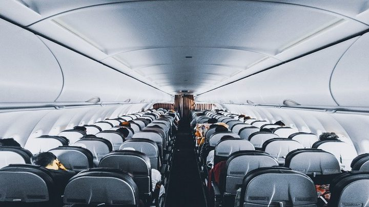 """تصرّف """"مثير للاشمئزاز"""" على متن رحلة جوية يثير غضبا عارما!"""