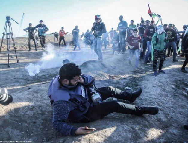 اصابة مصور صحفي بقنبلة غاز بعينه في مسيرات العودة شرق البريج