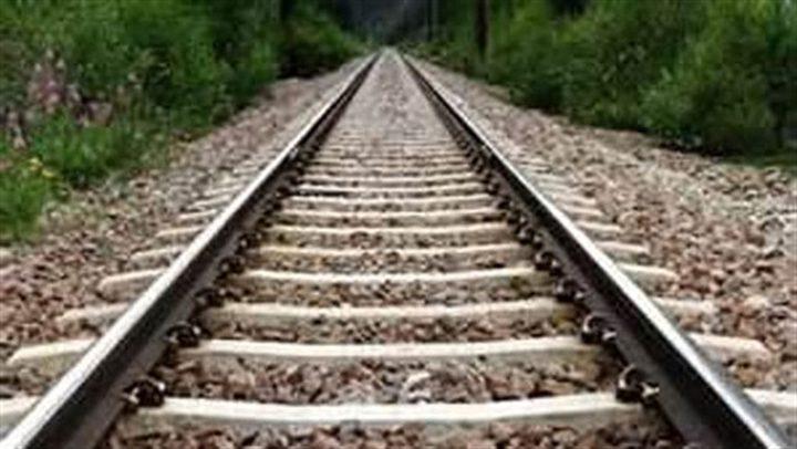شابة تدفع امرأة مسنة نحو قضبان القطار