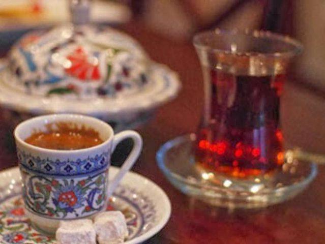 مسؤول سعودي يمنع إدخال الشاي والقهوة إلى مكاتب موظفين المحاكم