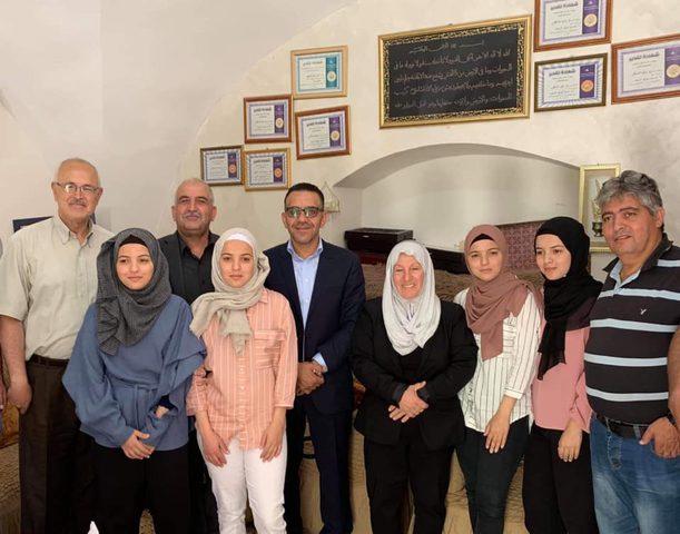 الرئيس عباس يتكفل بتعليم التوائم الأربعة في جامعة النجاح الوطنية