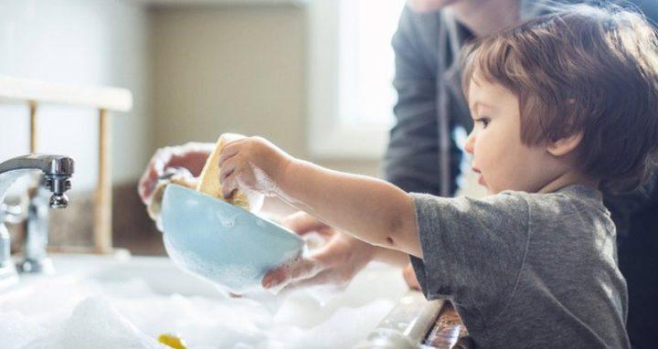 دراسة: الأطفال الذين يقومون بأعمال منزلية أكثر نجاحًا!