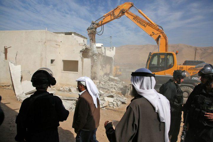 محافظ طوباس يسلم عائلتين هدم الاحتلال مسكنيهما مساعدات عينية