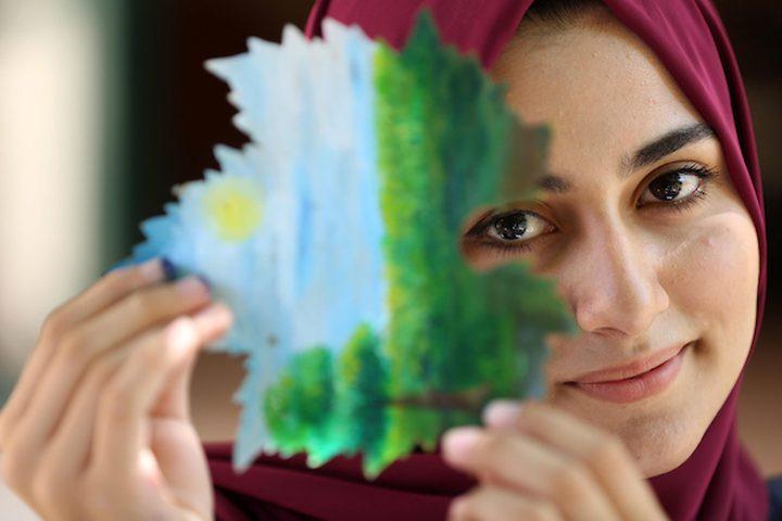 """الفنانة """"لين الحاج """" تبدع في رسم الطبيعة على أوراق العنب"""
