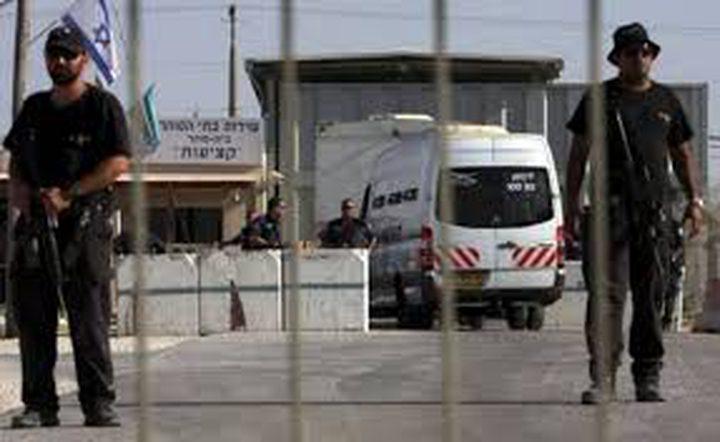 نقل الأسير المضرب أبو عكر من عزل النقب إلى عزل عسقلان