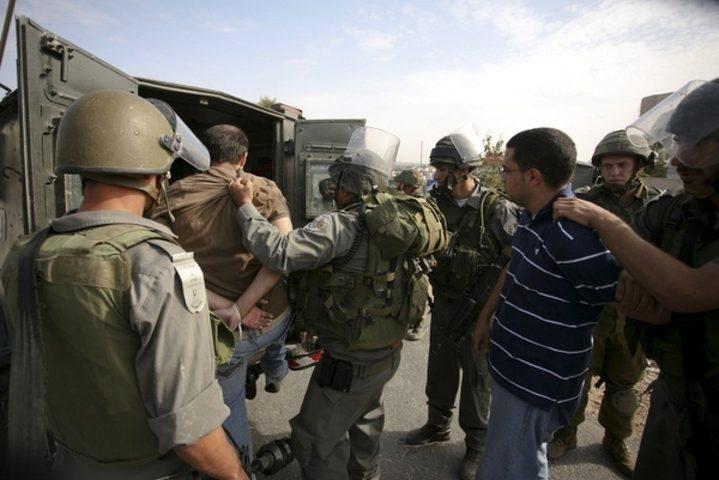الاحتلال يعتقل 10 مواطنين على الأقل في العيسوية