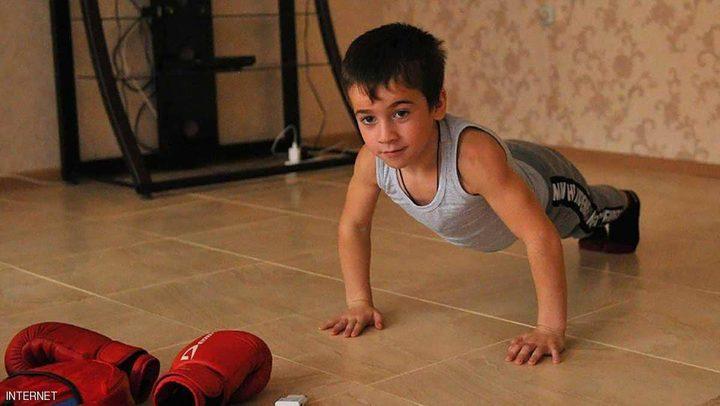 """""""شوارزنيغر الشيشان"""".. طفل يحطم رقما قياسيا عالميا"""