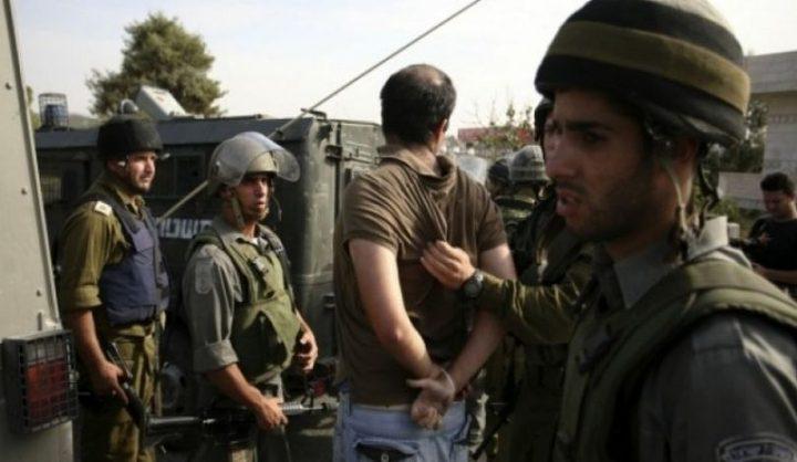 حملة اعتقالات تطال (16) مواطنًا ومصادرة أسلحة في الضفة